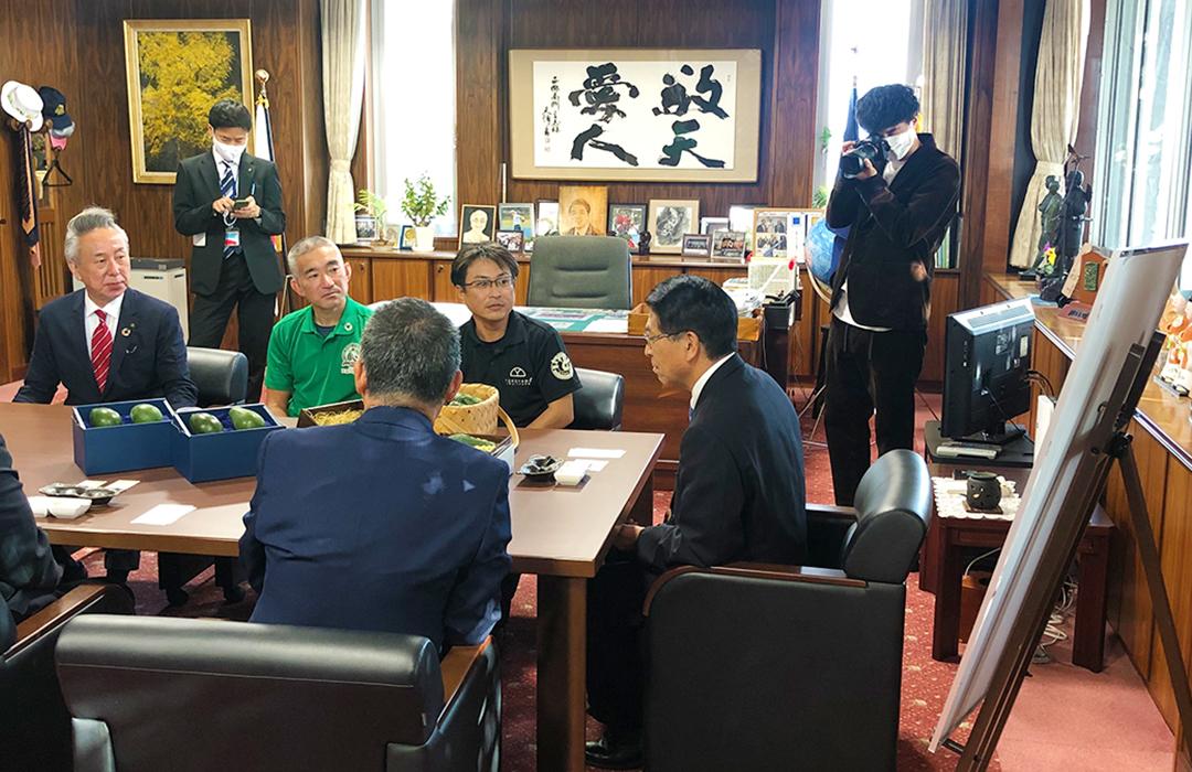 宮崎市の戸敷市長へ宮崎県産アボカド出荷報告と贈呈式の撮影同行。